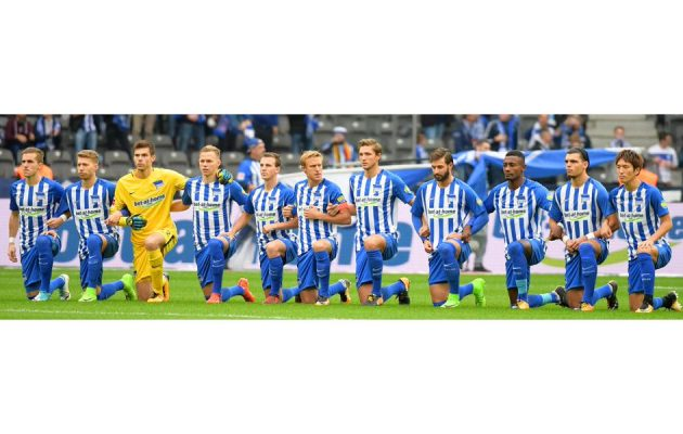 Hertha BSC Berlin kniet - Faktum Magazin